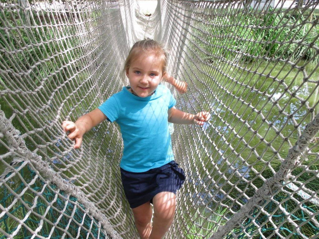Alice sur le pont de corde...