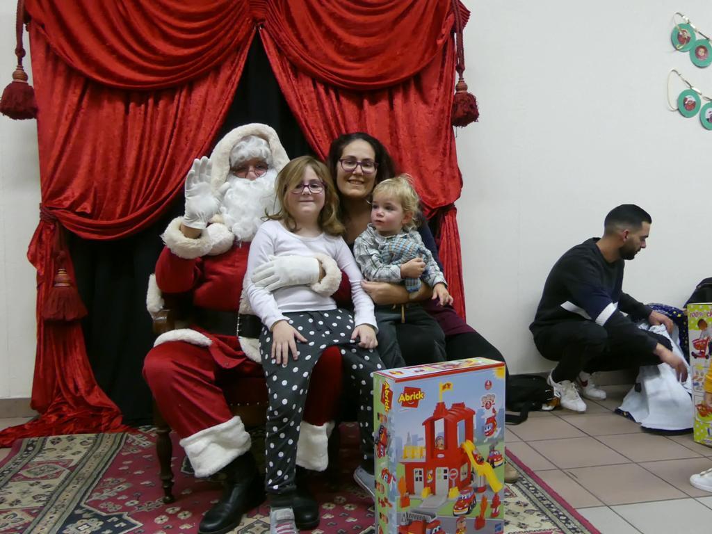 Mathys avec sa grande soeur et sa maman...